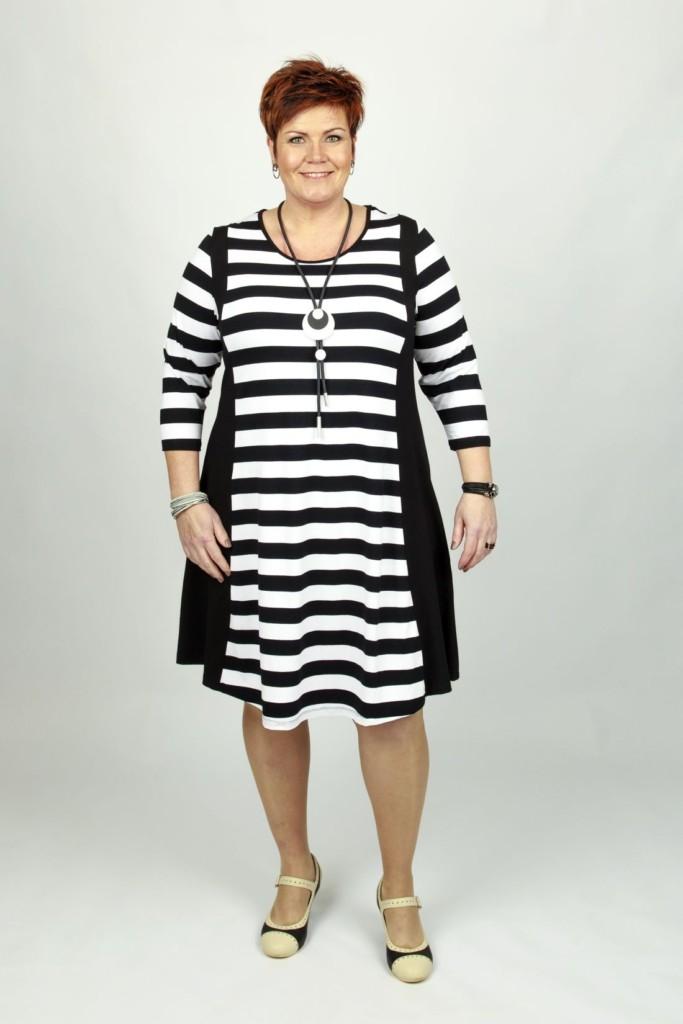 1b678418 Kjole med striber - Plus Size kjole med striber, fra KANOK - Køb ...