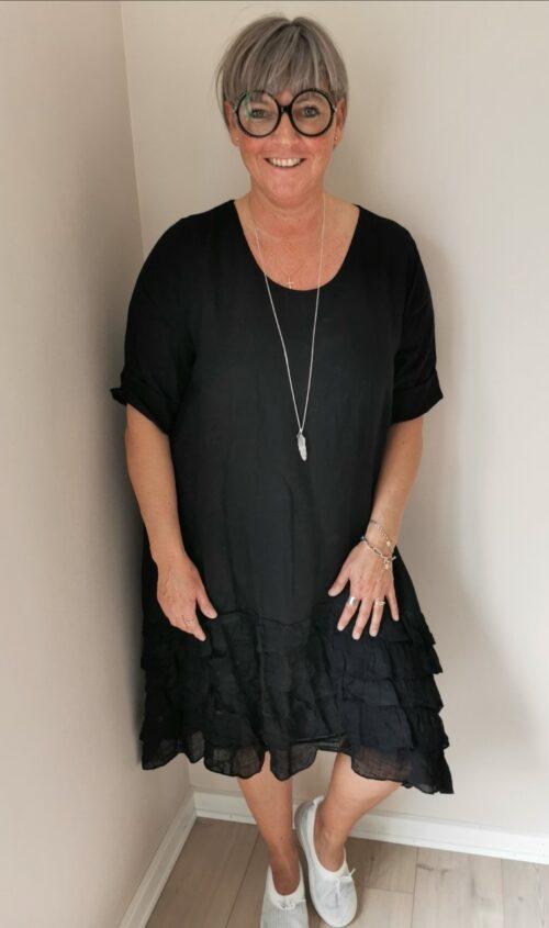 sort hørkjole med flæser