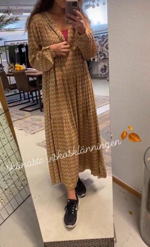 lang kjole med guldprint
