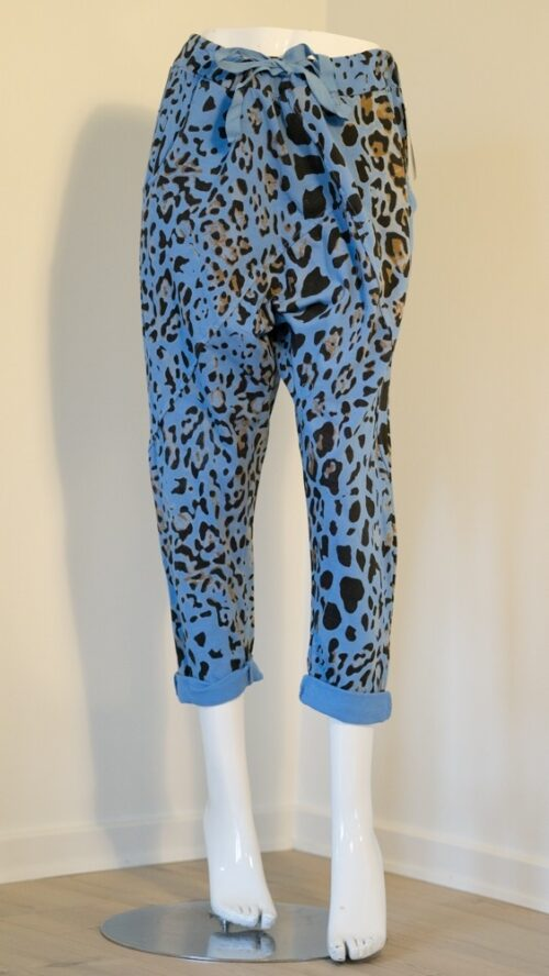 Janne K blå bukser med leopardprint